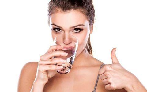 Uống nhiều nước trước khi luyện tập bơi lội